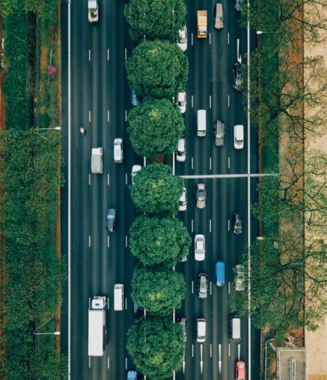 véhicules sur une route à deux voies