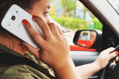 conductrice qui téléphone au volant